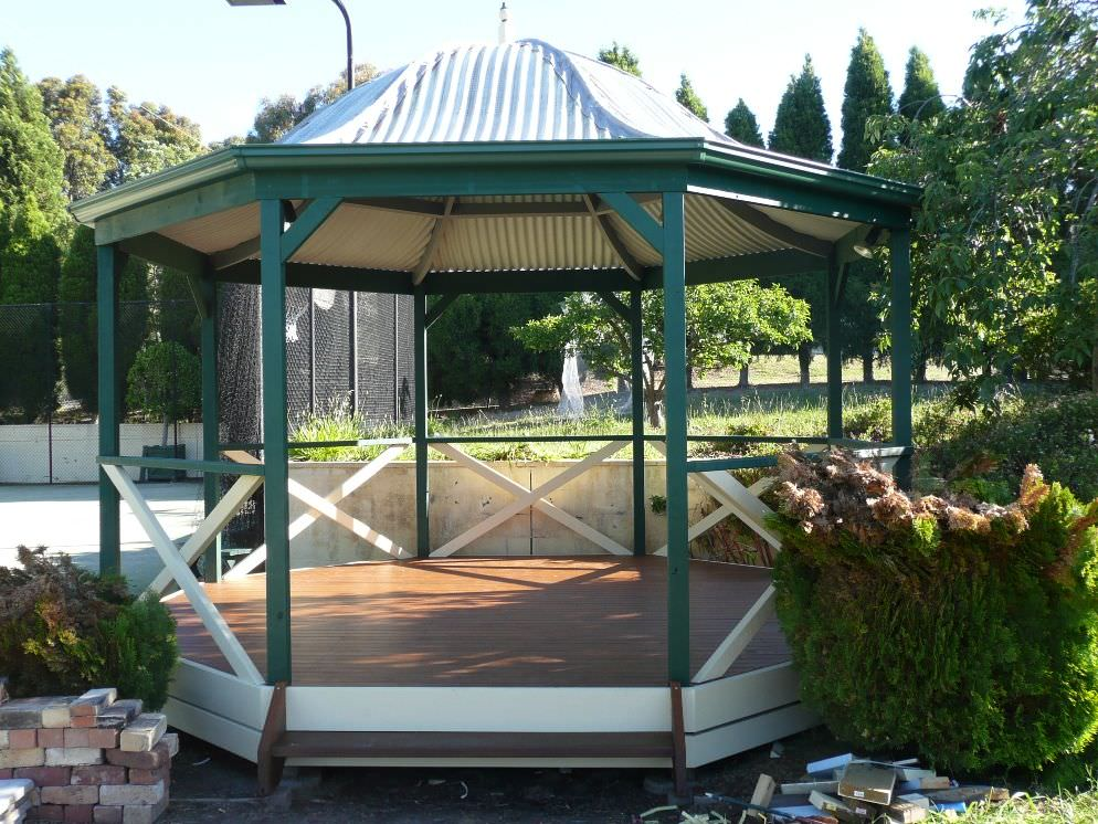 Bell shaped roof tennis court gazebo with special double curved rafters